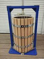 Пресс на 15 литров для сока  винограда, яблок , овощей с дубовой корзиной.
