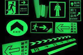 Світяться в темряві знаки і таблички безпеки з металу