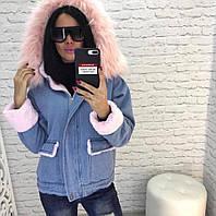 Женская зимняя джинсовая куртка с белым и розовым мехом