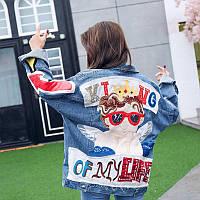 Женская джинсовая куртка Simplee King Of My Life с вышивкой на спине голубая, фото 1