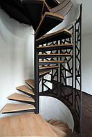 Винтовая лестница с ширмой и сосновыми ступенями в минимализме