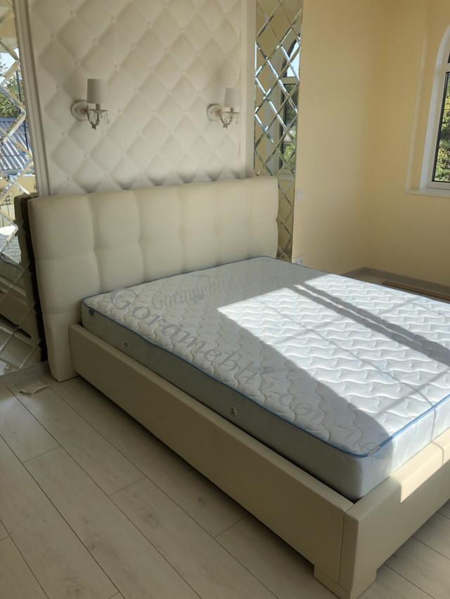 """На фото: двуспальная кровать с мягким изголовьем """"Даллас"""""""