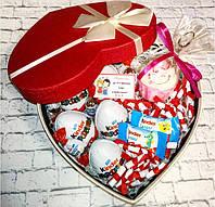 Вкусный подарок для девушки с киндер-сюрпризами и сквиши пирожное