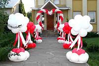 Уличное оформление входа в ресторан на свадьбу.