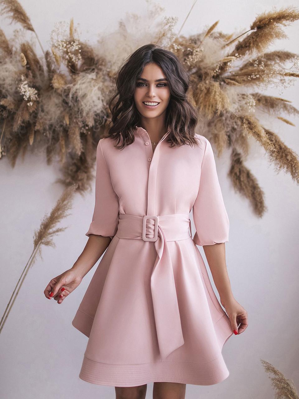 Платье цвета пудры с поясом и расклешенным подолом