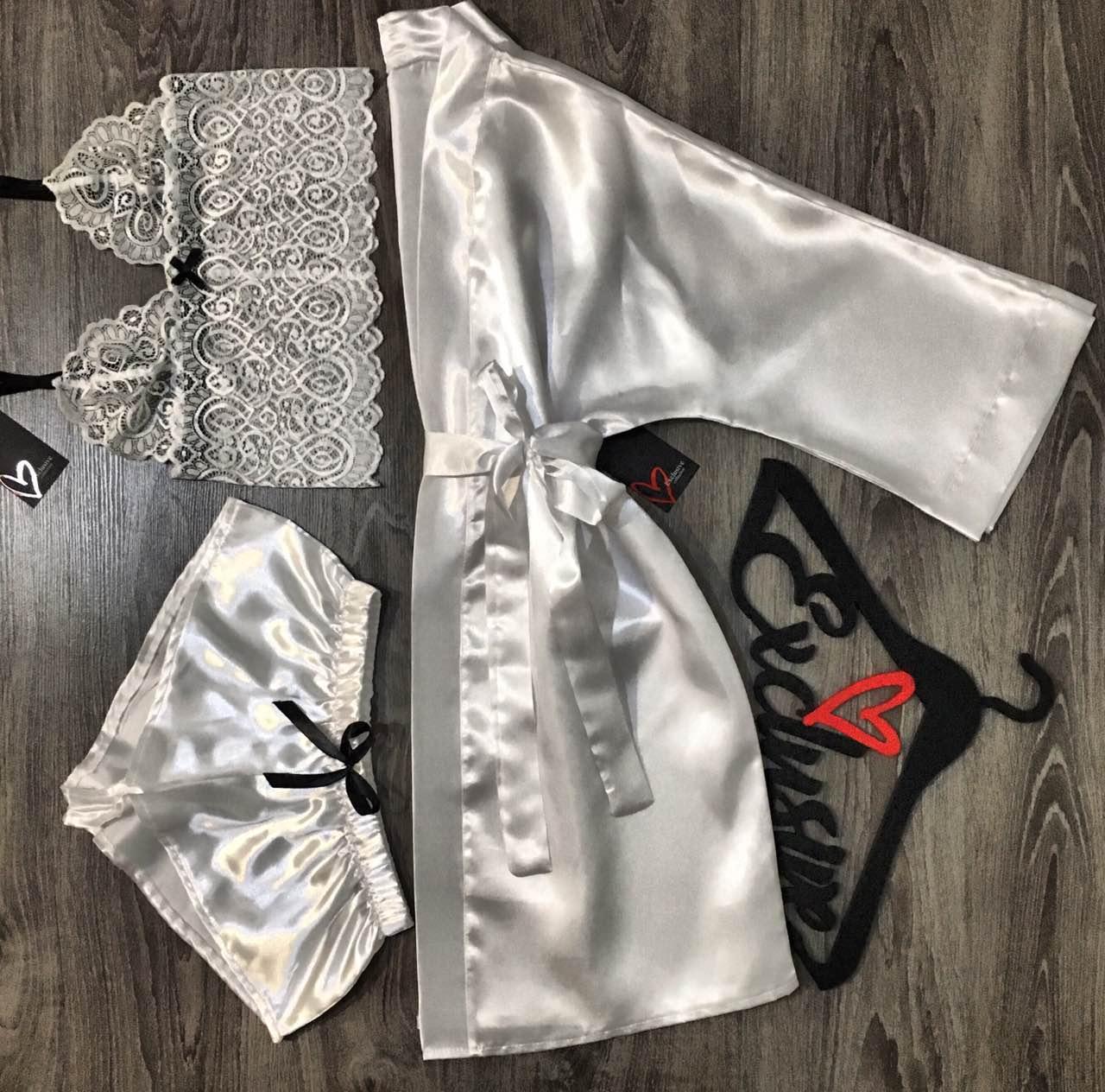 Белый атласный комплект одежды халат+кружевной топ+шорты.