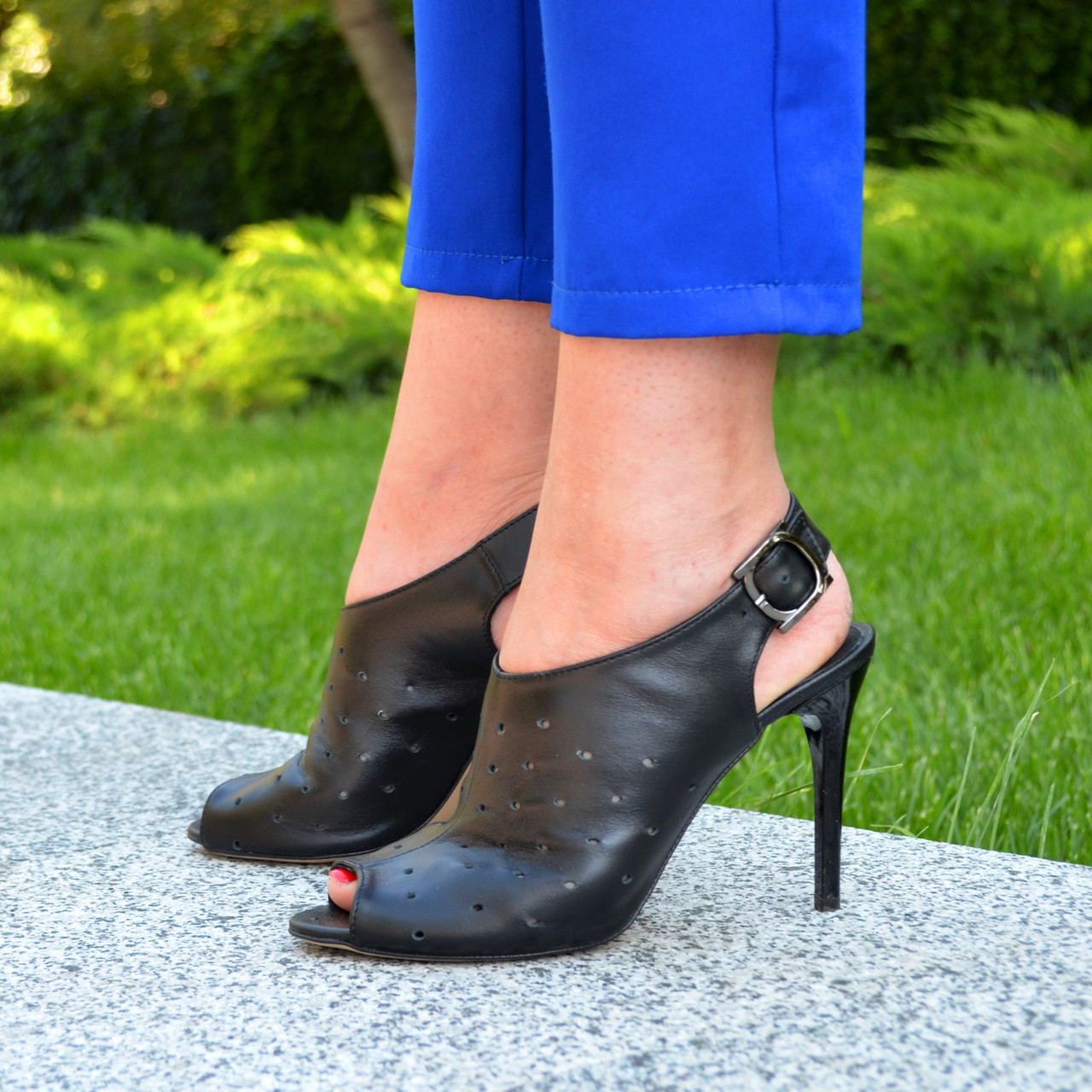 Женские кожаные черные босоножки на шпильке