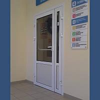 Внутренние гидроизолированные алюминиевые двери Алютех ALT C48 со стеклом для производственных помещений