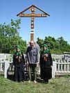 Установка креста на братской могиле погибших воинов в г. Ржищеве накануне Дня Победы в 2013 г.