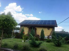 Солнечные панели на крыше гостевого домика.