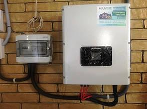 Шкаф защиты и инвертор на внутренней стене дома.