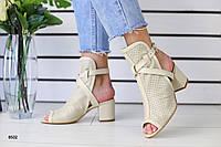 Женские кожаные босоножки на каблуке бежевые