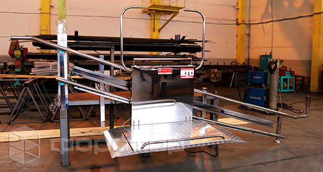 Лестничный подъемник из нержавеющей стали на производстве