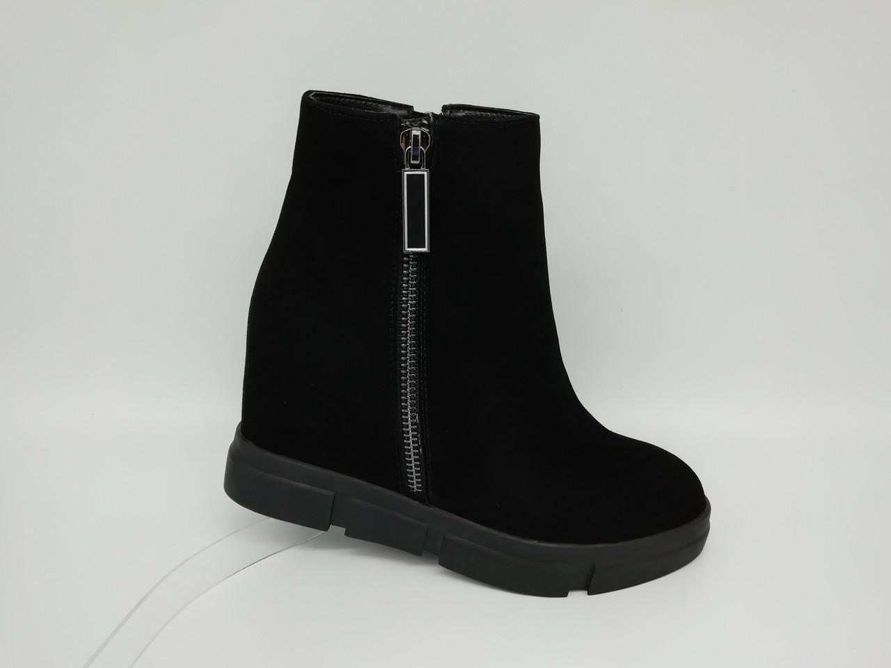 Черные замшевые ботинки Еrisses на скрытой танкетке. Маленькие размеры (33 - 35).