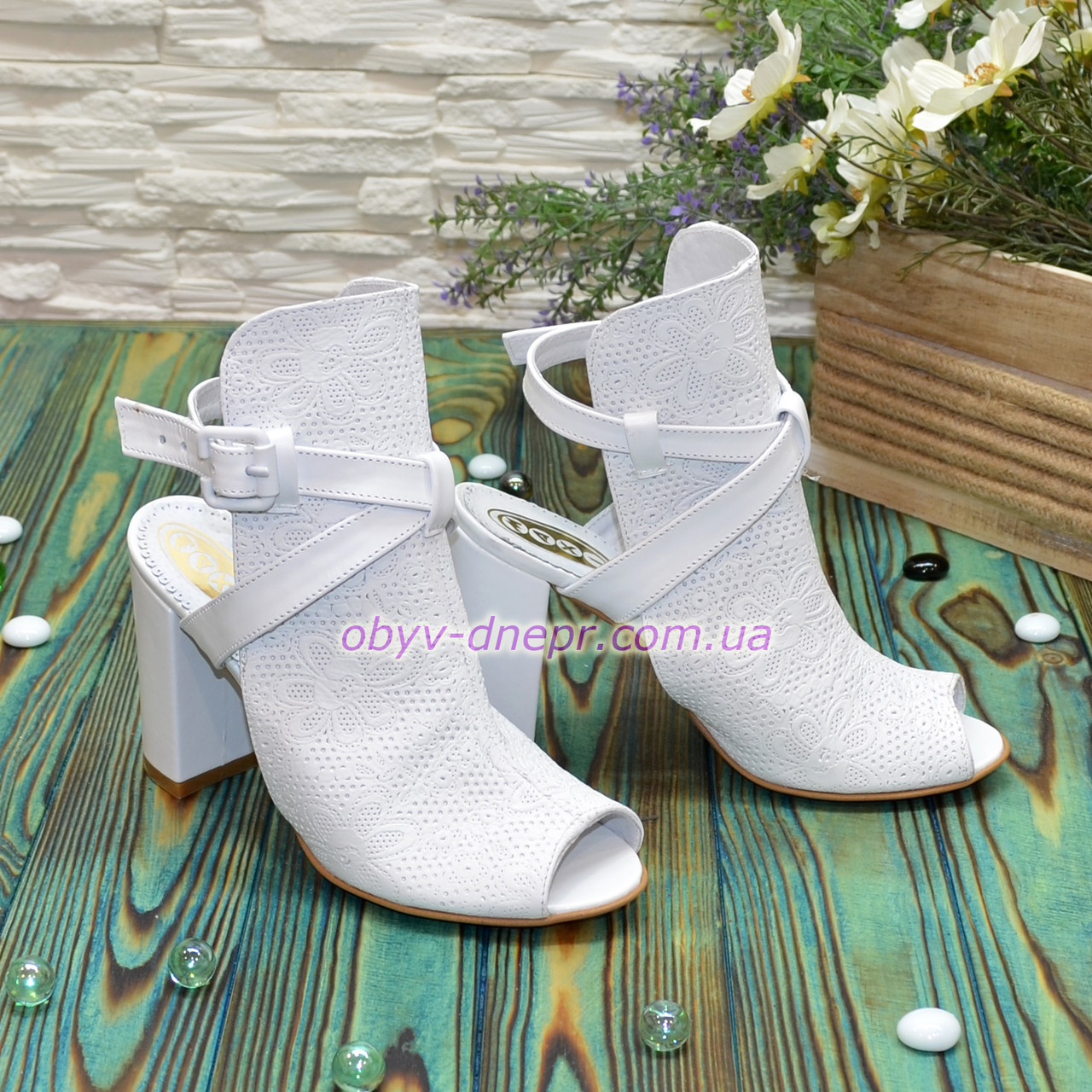 Босоножки белые женские кожаные на устойчивом каблуке. В наличии  размер 37