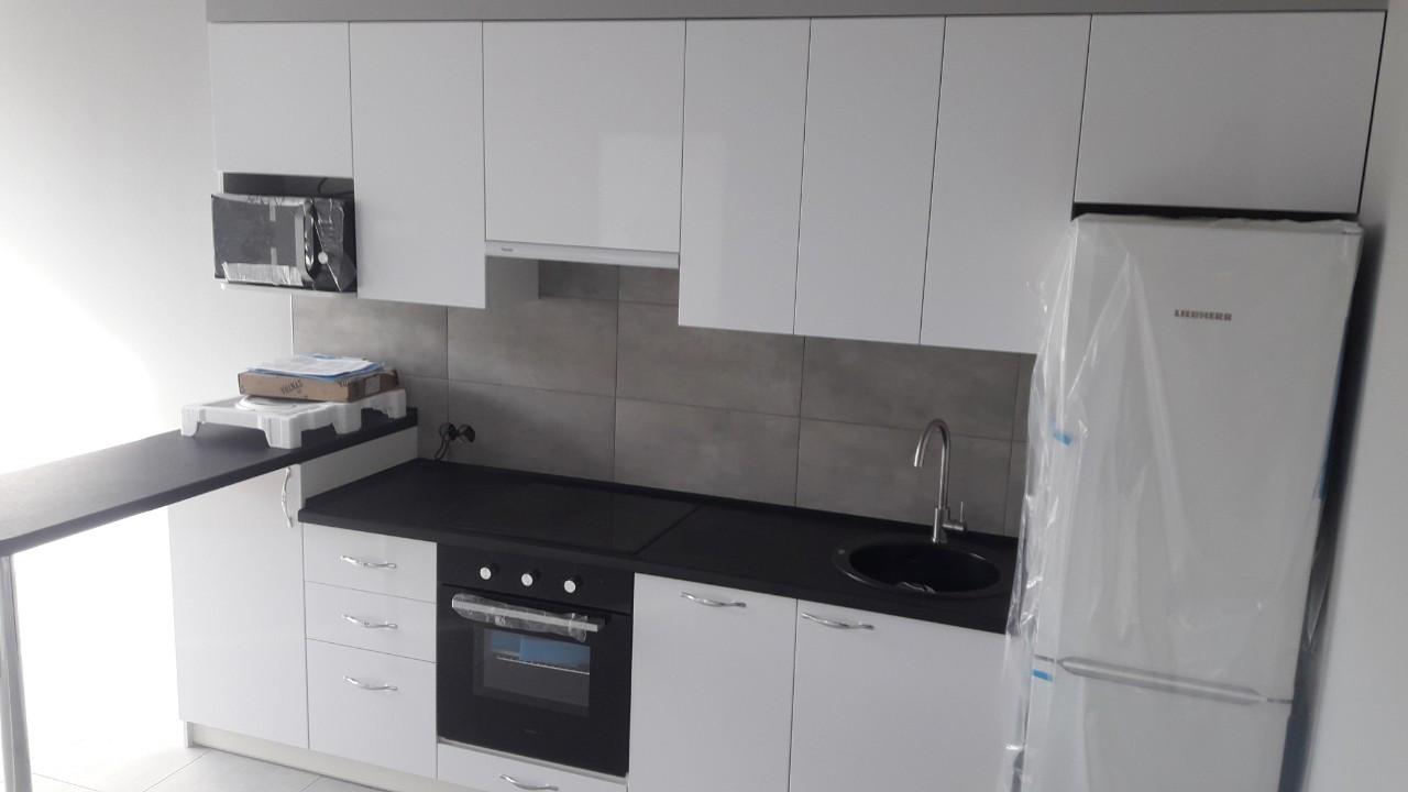 Белая кухня с черной столешницей на заказ Днепр. Мебель на заказ.