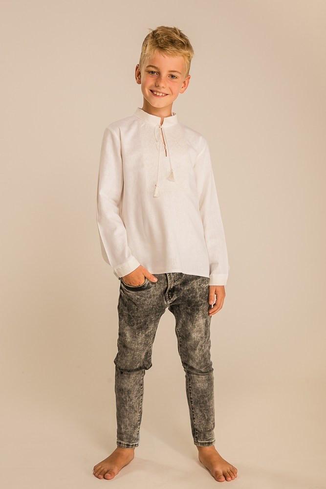 Вышиванка для мальчика с геометрическим орнаментом молочная