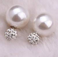 Серьги пуссеты, фактура перламутр, цвет белый, гвоздик белый декорированный кристаллами
