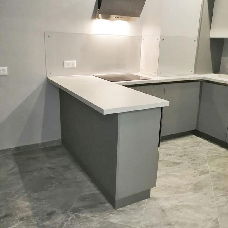 Прозрачный фартук - установка на кухне в Днепре