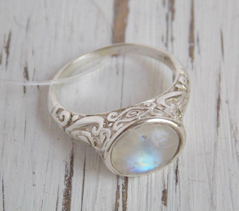 Серебряное кольцо восточное с орнаментом 17 размера с лунным камнем