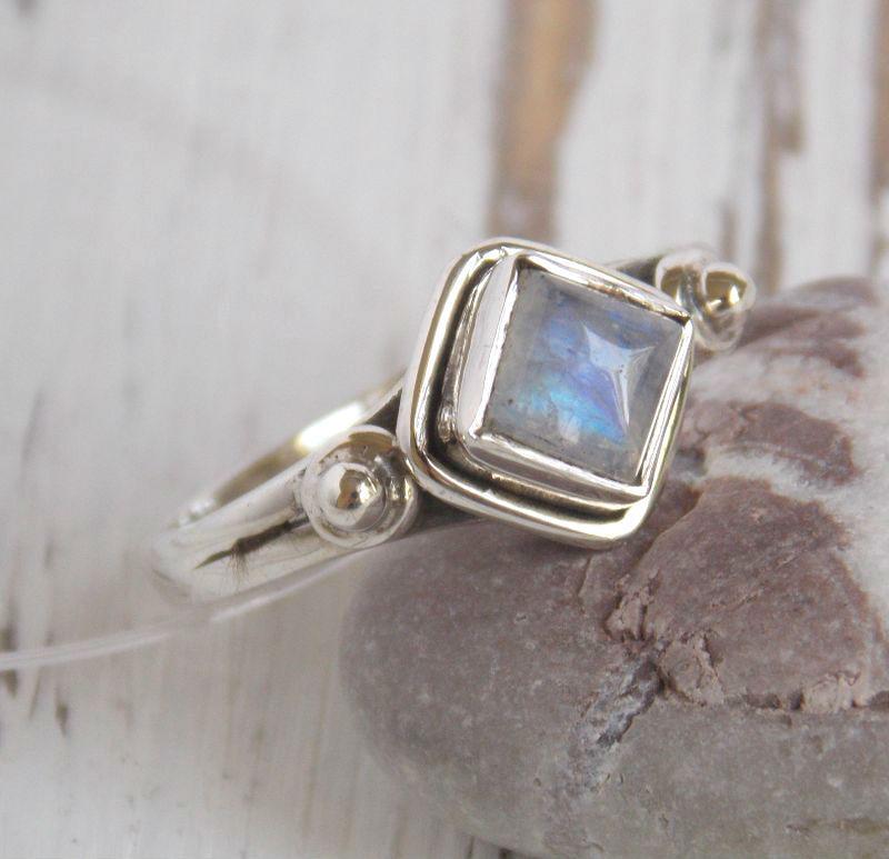 Серебряное кольцо с лунным камнем в форме ромба