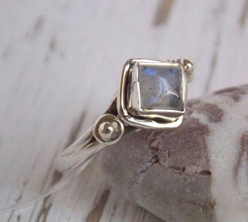 Серебряное кольцо с лунным камнем в форме ромба 17