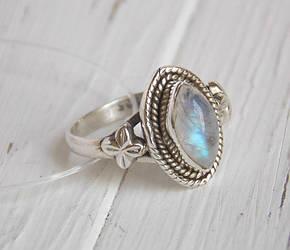 """Индийское серебряное кольцо с лунным камнем в форме """"маркиз"""""""