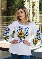 Женская белая блуза  с цветочной вышивкой.