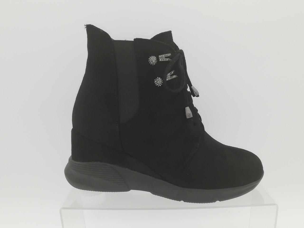Черные замшевые ботинки на скрытой танкетке со шнурками. Ботильоны. Маленькие размеры (33 - 35).
