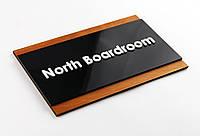 Изготовление современных деревянных табличек на двери