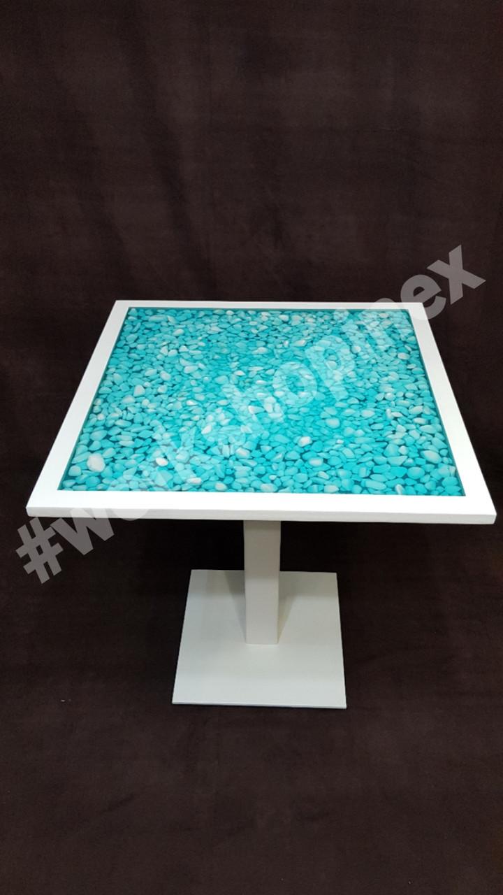 Стол  обеденный с деревянной окантовкой с белыми камнями, и прозрачной эпоксидной смолой морского оттенка.