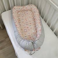 Кокон для новорожденных двухсторонний зайчики на пудровом и горох