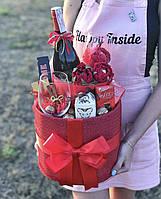 Двухъярусная коробка с вином, бокалами и сладостями