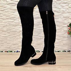 Ботфорты женские замшевые зимние на маленьком каблуке, декорированы накаткой камней