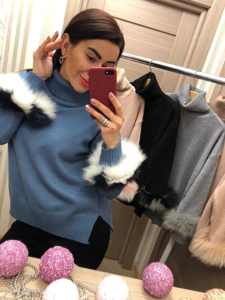 Синий женский свитер с черно-белым мехом