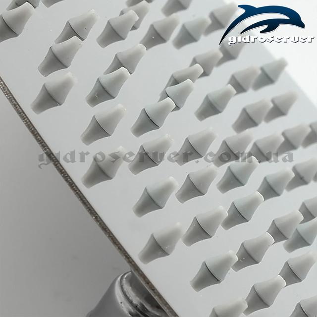 Лейка верхнего душа LN-252 комплектуется распылителями из упругой резины в количестве 200 штук.