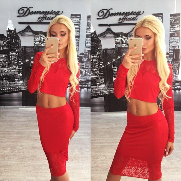 Красный костюм с юбкой фото