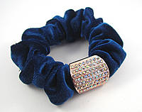 Велюровая резинка с брошкой в стразах синяя