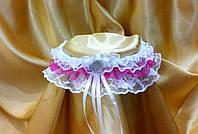 Свадебная подвязка невесты в малиновой цвете.