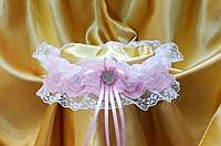 Свадебная подвязка невесты с розовой лентой.
