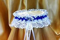 Свадебная подвязка невесты с синей лентой.