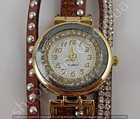 Женские часы 013309 золотистые с коричневым ремешком в стразах