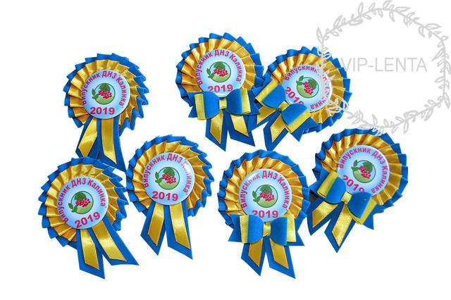 Значки индивидуальные желто-голубого цвета с бантиком
