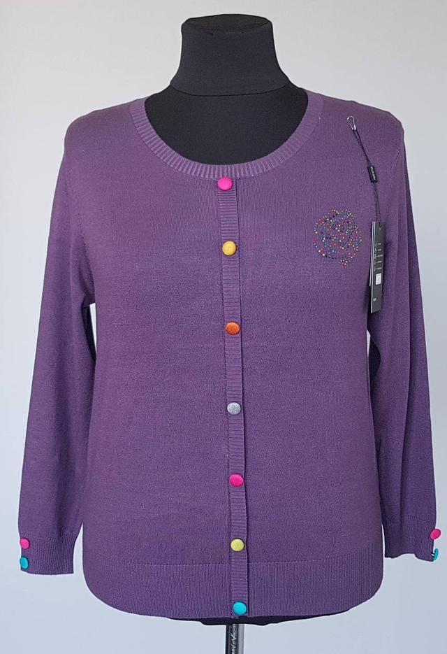 фотография женская кофта большого размера с яркими пуговицами