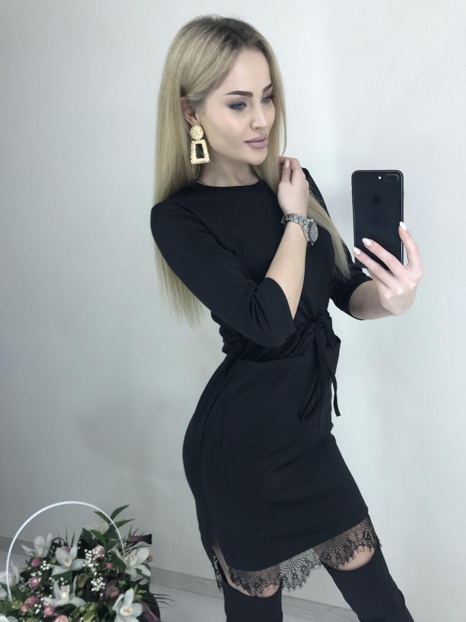 Короткое платье по фигуре с поясом и карманами черное