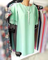 Салатовое платье с кружевом на рукавах и ожерельем нитью бусинками