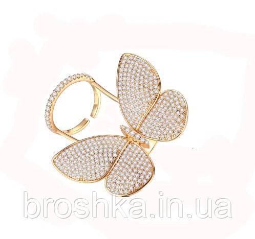 Позолоченное кольцо крупная бабочка, которая машет крыльями