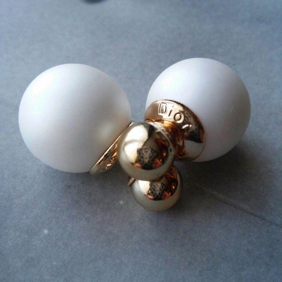 Сережки-пуссети Dior, білі матові