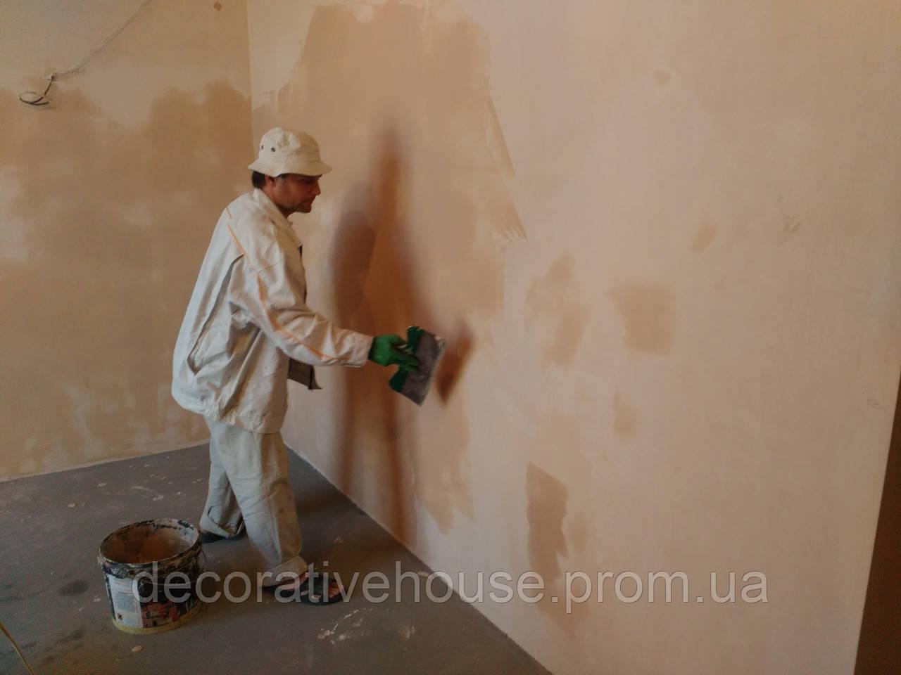 Выполняем работы по шпаклёвке стен и потолков под обои