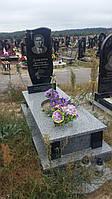 Новий памятник із сірим квітником граніту